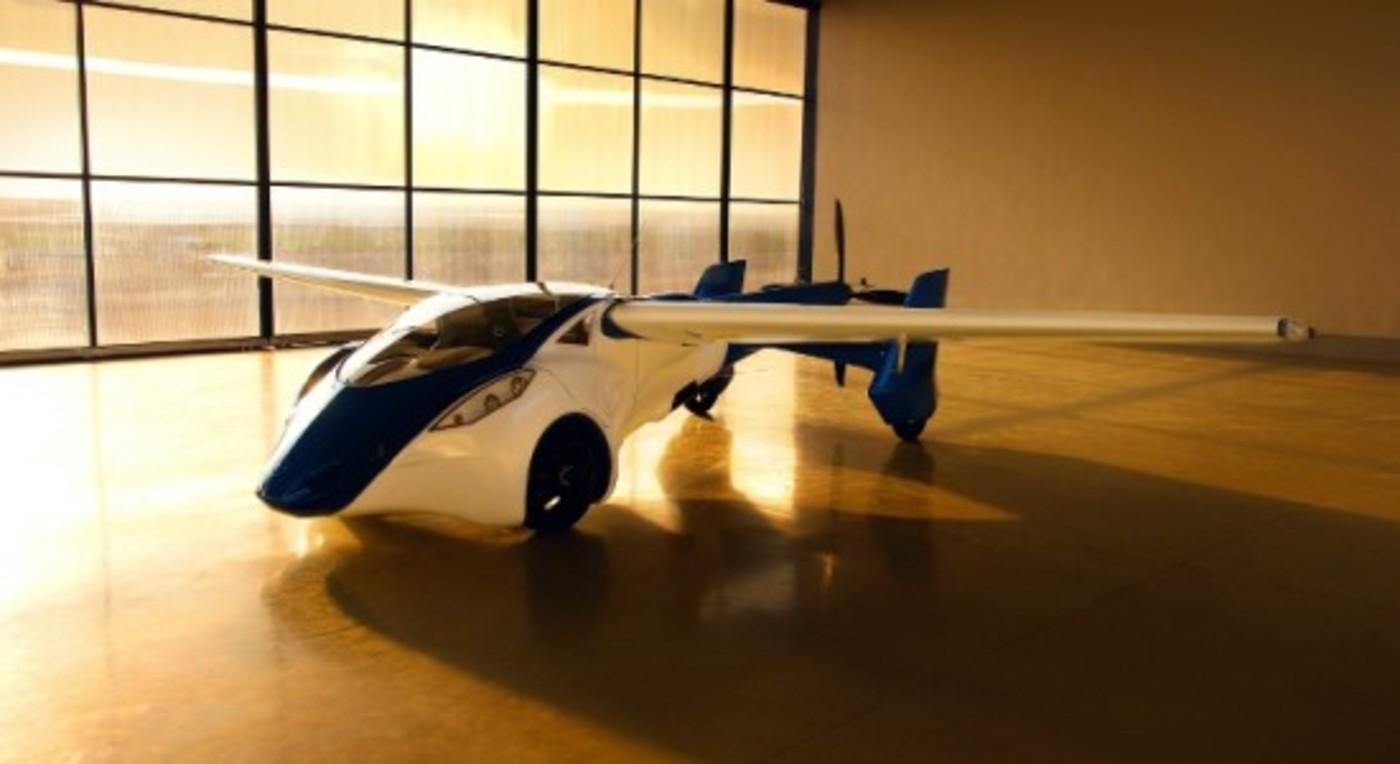 Aeromobil in hanger w1400